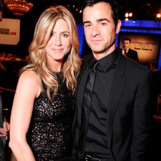 Jennifer Aniston y Justin Theroux posando para foto