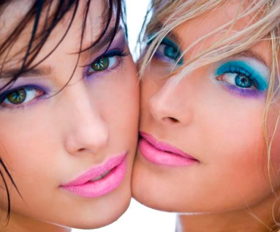 chicas maquilladas con sombra de ojos llamativa