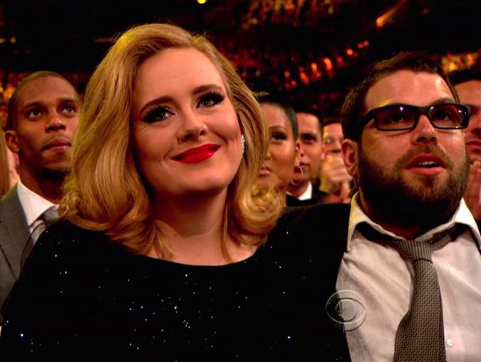 Adele y Simon Konecki en los Grammy sonriendo