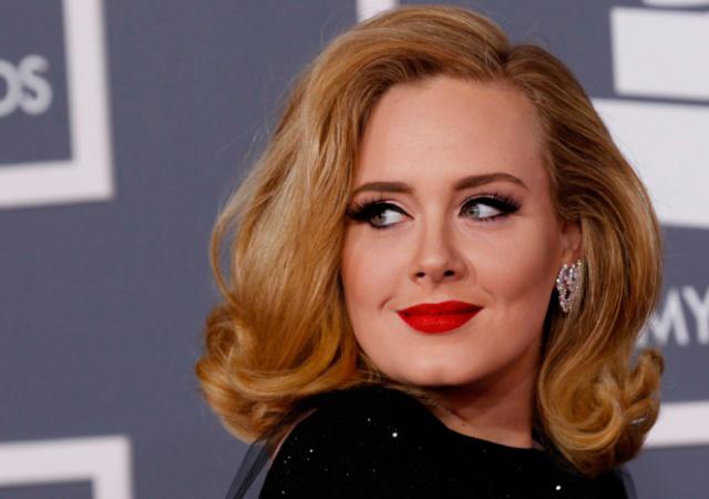 Adele posando para los medios