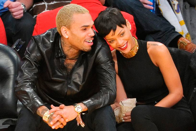 Rihanna y Chris Brown viendo un partido de baloncesto