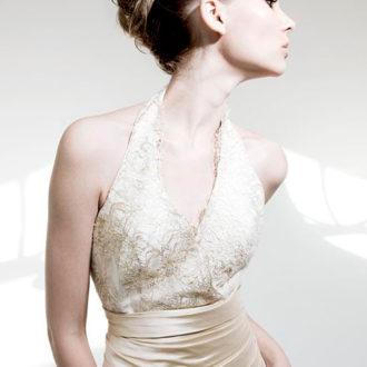 novia con vestido de escote halter de Patricia Avendaño