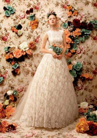 novia con vestido largo con detalles florales