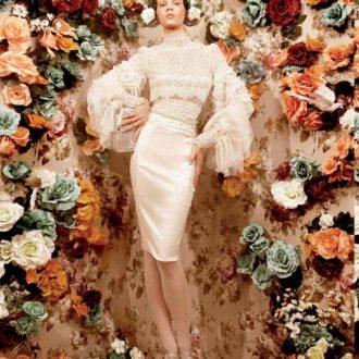 novia con vestido corto y detalles de flores en peinado