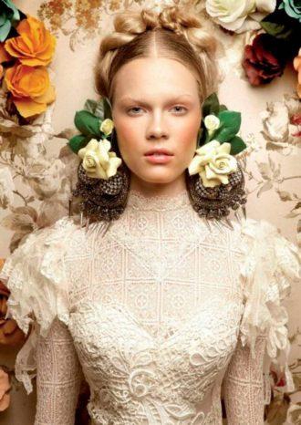 primer plano de novia con pendientes de flores