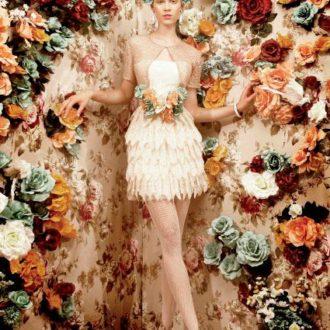 novia con vestido corto con cinturón de flores