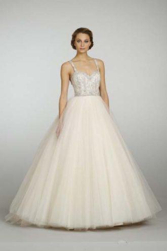 novia con vestido de falda con volumen en color durazno