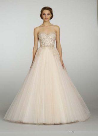 novia con vestido de corte princesa en color durazno