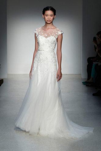 novia con vestido texturizado de Christo en pasarela