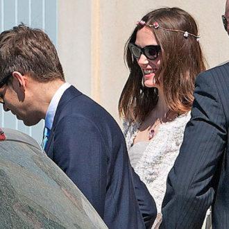 Keira Knightley y James Righton entrando al coche