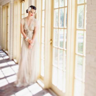 novia con vestido de inspiración Gran Gatsby y tocado