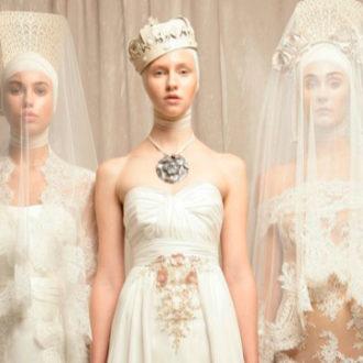 varias novias con complementos maxi, la del centro con collar maxi