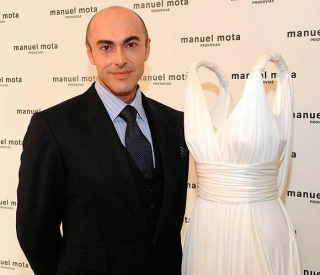 Manuel Mota posando al lado de uno de sus diseños
