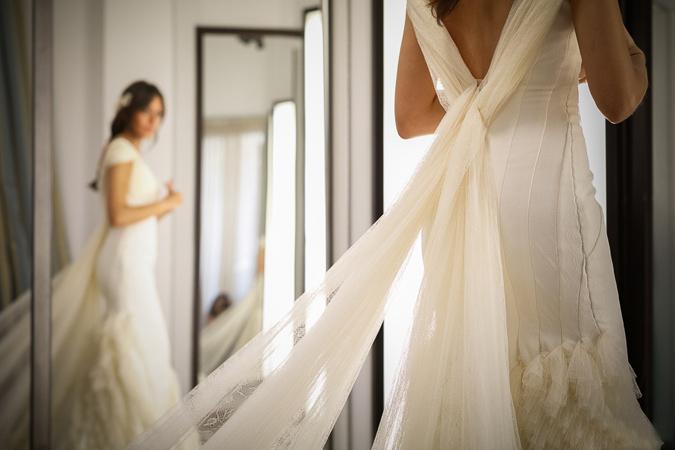 novia mirándose al espejo antes de casarse