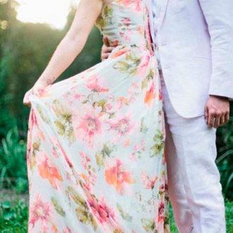 pareja de novios, ella con vestido estampado de flores
