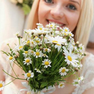 novia con ramo de margaritas