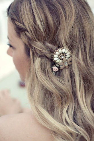 novia con el pelo semirrecogido con trenza y broche original