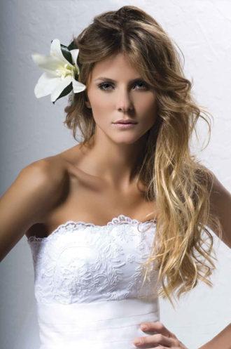 novia con el pelo semirecogido con una flor
