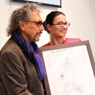 Lluís Llongueras con la representante de la Asociación Vicente Ferrer mostrando boceto