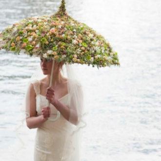 novia con paraguas de flores naturales de Zita Elze