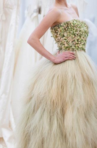 novia con vestido strapless de flores naturales de Zita Elze
