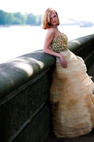 novia rubia con vestido de flores naturales de Zita Elze