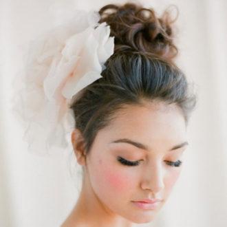 novia con moño alto y aplicación floral