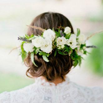 novia con moño y aplicaciones florales