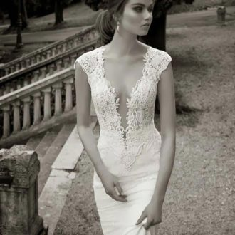 novia con vestido ajustado a las caderas en blanco y negro