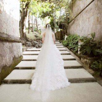 novia con vestido de cola larga al aire libre