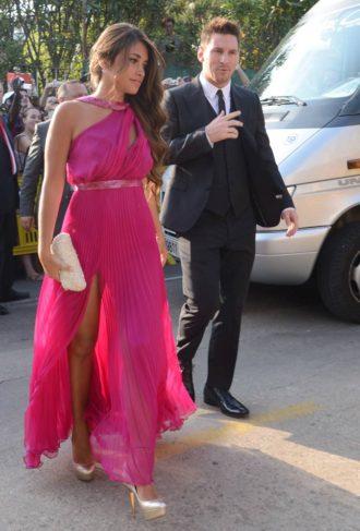 Messi y Antonella Rocuzzo saliendo del coche en la boda de Xavi Hernández y Nuria Cunillera