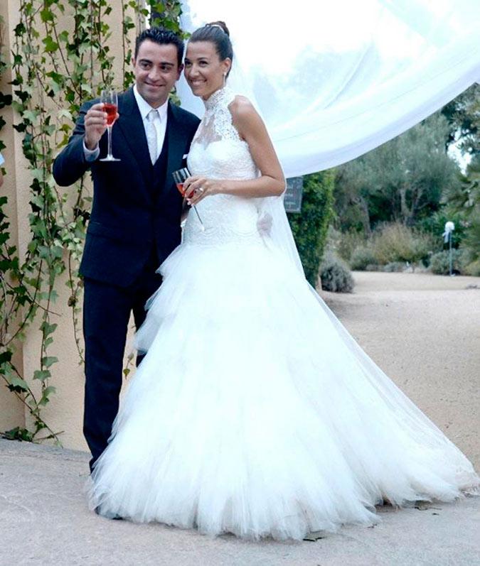 Xavi Hernández y Nuria Cunillera posando para los medios el día de su boda