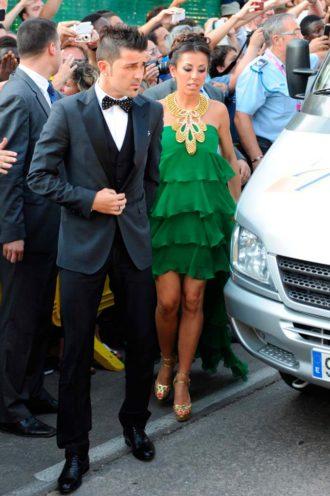 David Villa y Patricia González saliendo del coche en la boda de Xavi Hernández y Nuria Cunillera