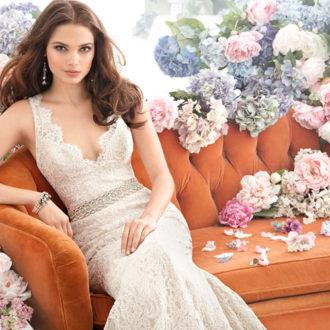 novia sentada con vestido de novia de tirantes y cinturón de JLM Couture