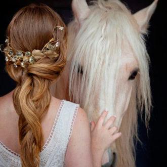novia con coleta baja con incrustaciones naturales y caballo
