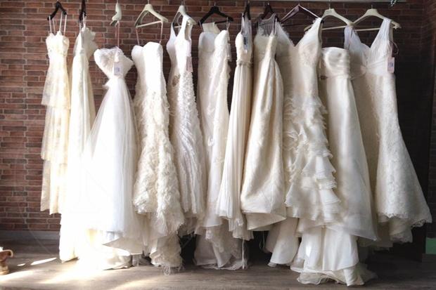 imagen de vestidos de novia en perchas para escoger entre ellos