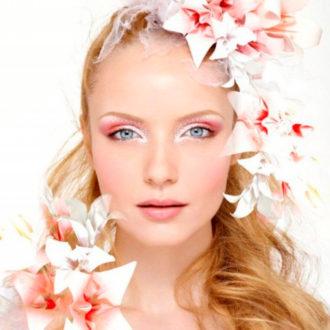 novia maquillada con sombra de ojos llamativa en color rosa