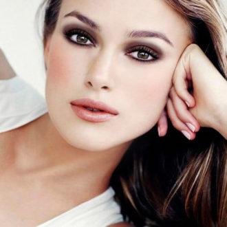 Keira Knithtley con los ojos maquillados al estilo smokey eyes