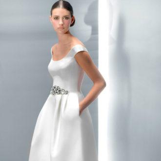 novia con vestido con bolsillos y cinturón de pedrería de Jesús Peiró