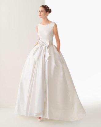 novia con vestido con bolsillos y lazo en la cintura de Rosa Clará