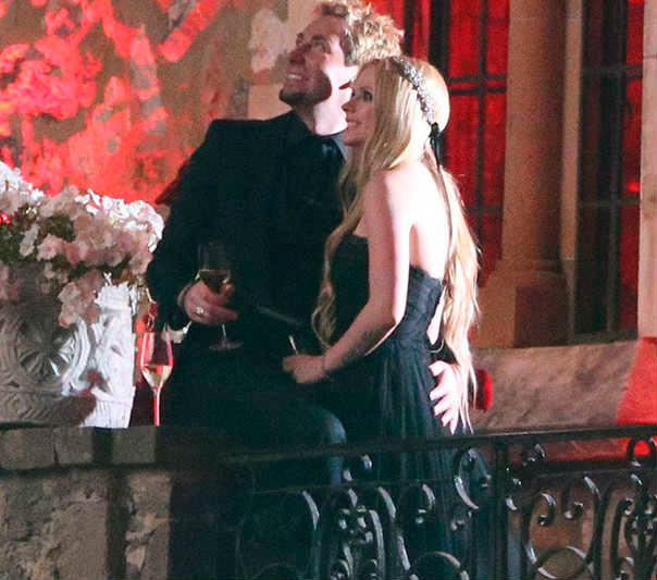 foto de la boda de Avril Lavigne con vestido negro y Chad Kroeger