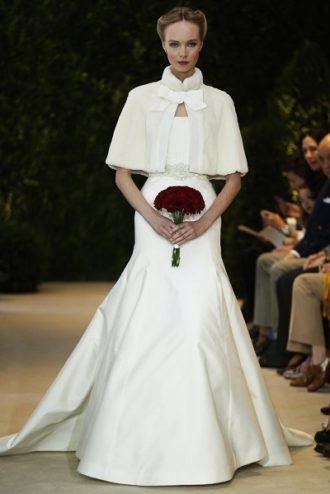 novia con vestido de Carolina Herrera con bolero en pasarela