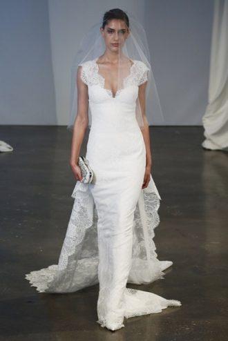 novia con vestido de Marchesa con velo y cola en pasarela