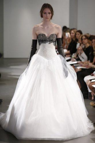 novia con vestido con detalles en negro de Carolina Herrera en pasarela
