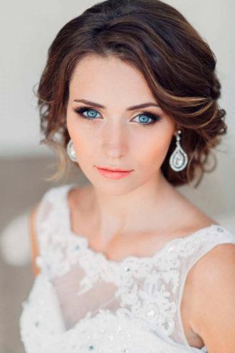 novia con maquillaje para boda nocturna, labios coral