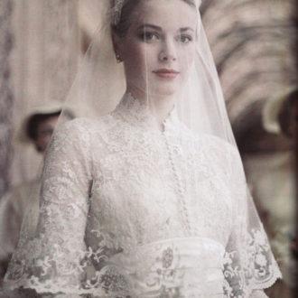 Grace Kelly luciendo velo en el día de su boda