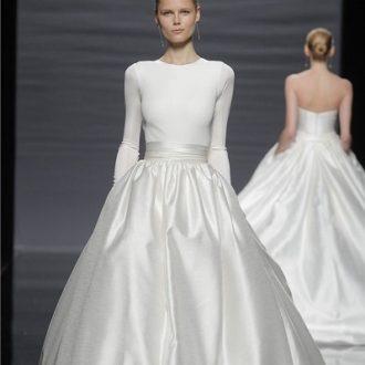 novia en pasarela con vestido de novia de manga larga de Rosa Clará