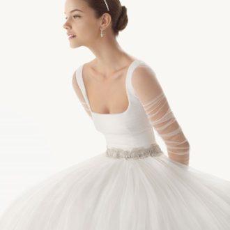 plano medio de novia con vestido de manga larga de Rosa Clará