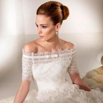 novia con peinado recogido de onda con vestido palabra de honor