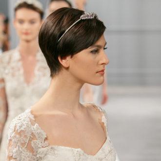 desfile nupcial, novia morena con pelo corto y diadema